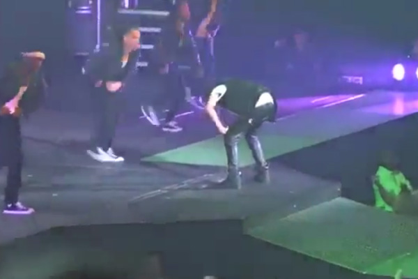 Justin Bieber vomits on stage