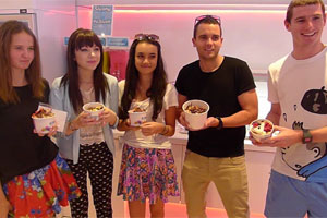 Brad &amp; Marty's frozen yoghurt date with Carly Rae Jepsen