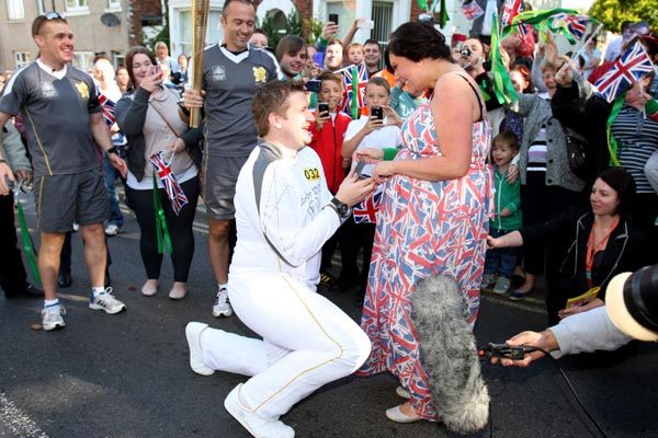 Olympic torchbearer proposes to girlfriend