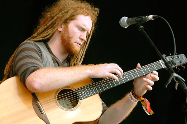 Newton Faulkner plays acoustic of Clouds