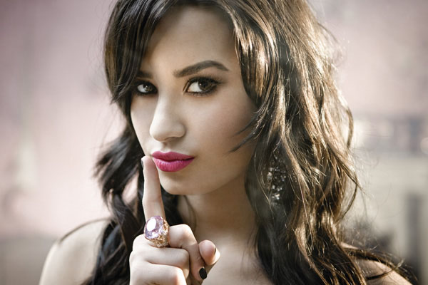 Demi Lovato gives up cell phone