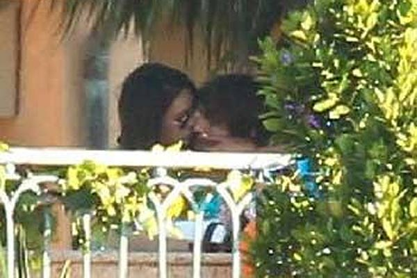 Ashton Kutcher and Mila Kunis kiss at party
