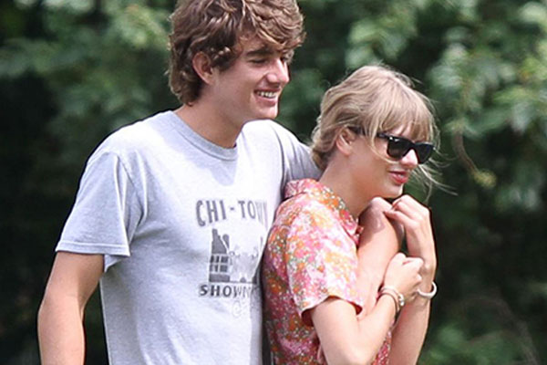 Taylor Swift flies her BF in a private jet