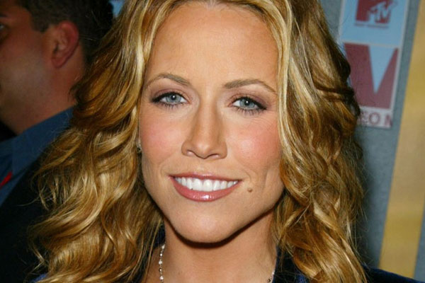 Sheryl Crow blames her brain tumour on her cellphone