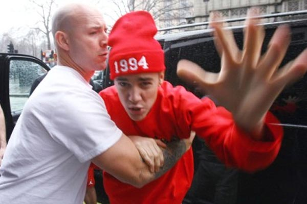 Justin Bieber explodes at photographer, threatens to 'beat the f**k' out of him! (Warning: NSFW language)