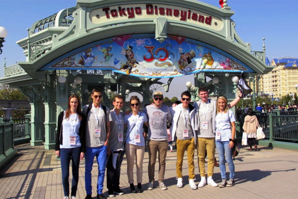 Brad &amp; Marty and their Unaccompanied Minors hit Tokyo Disneyland