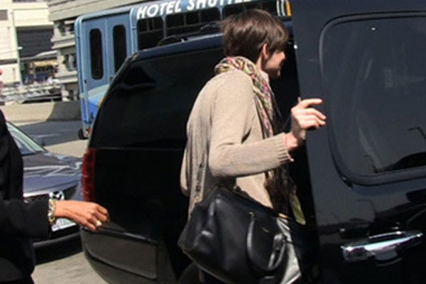 Anne Hathaway gets in to the wrong car at the airport to get away from the paparazzi - AWKWARD