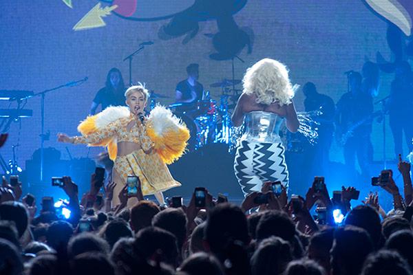 Miley Cyrus live at Vector (photos + review)