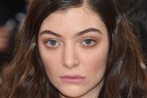 Lorde just suffered a major NIP SLIP on the red carpet!