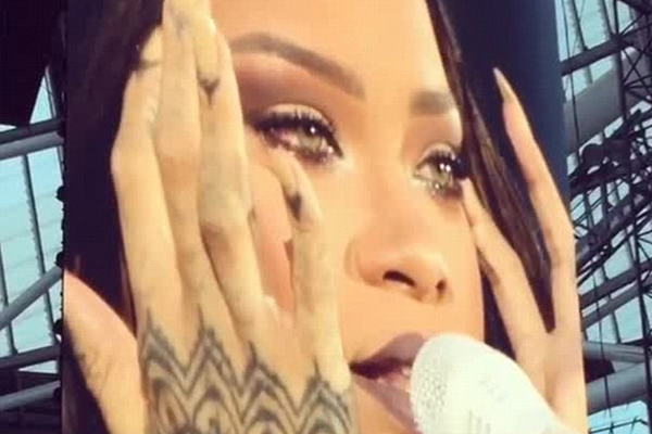 Rihanna BREAKS DOWN in tears during live performance!