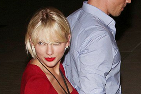 This pic has Taylor Swift fans freaking out over rumoured BOOB JOB!