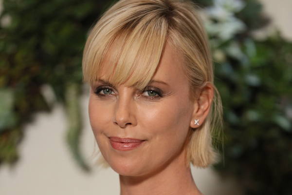 Fans just SLAMMED Charlize Theron for letting her son dress like a girl!