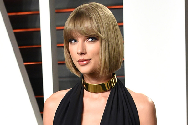 These new pics of Taylor Swift have fans freaking out over rumoured BOOB JOB!