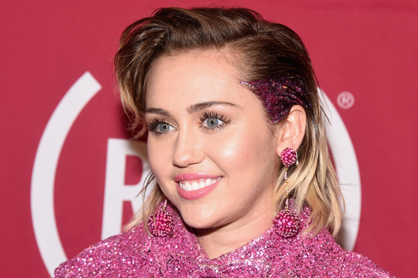 Miley Cyrus looks like her old Hannah Montana self in this pic!