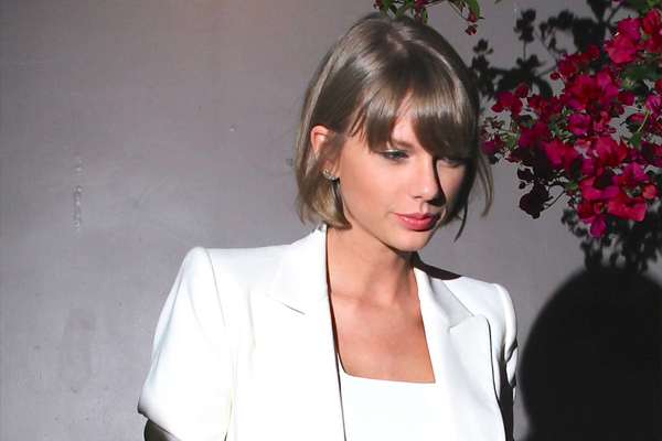 Taylor Swift just got caught doing the WEIRDEST thing to avoid the paparazzi!